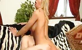 Sesso anale con la bionda sul pavimento