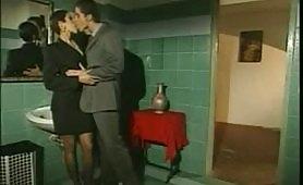 Mette le corna al marito nel bagno del ristorante!