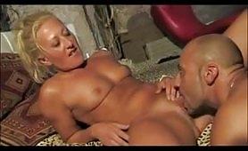 BIonda matura italiana prende una bella dose di cazzo in casa
