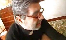 Il prete italiano che benedice le casalinghe