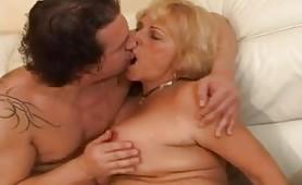 Vecchia donna matura italiana che si fa scopare a gambe aperte sul divano