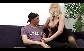 Scena porno d`incesto italiano ripresa dal film Le nuove tette di mamma