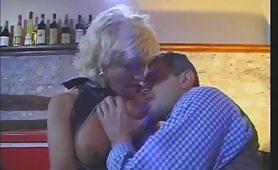 Teresa Visconti in scena porno al bar