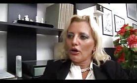 Giovane dipendete tromba la donna manager in ufficio