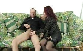 Barbara Gandalf scopa con il nuovo parroco