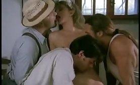 Orgia porno vintage con la cameriera