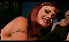 Una calda scena di sesso a tre nel club
