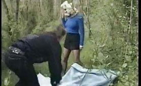 Zoccola bionda trombata nel bosco