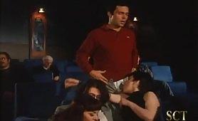 Scena porno vintage di orgia porno al cinema