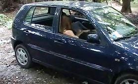 Pompino e sesso in auto di coppia clandestina