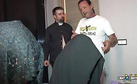 Valentina ed Alessia godono nel confessionale