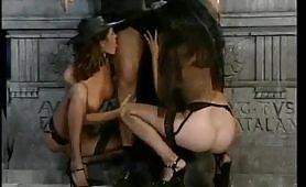 Sesso peccaminoso all`aperto fra due zoccole e il prete