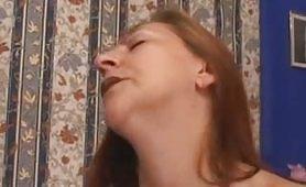 Tina Monti, una mamma zoccola e troia si lascia soddisfare dal figlio Carlo sul divano blu