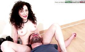 Mistress Violet punisce il suo schiavo in scena porno femdom italiano