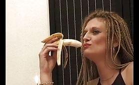 Le piace la banana e il cazzo