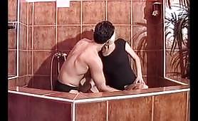 Bionda ripresa nel bagno con il fidanzato