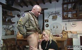 Milf si scopa un soldato cazzuto
